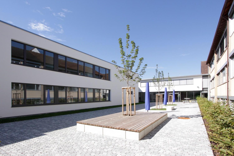 Hilzingen-Schule-Innenhof-Holzpodest